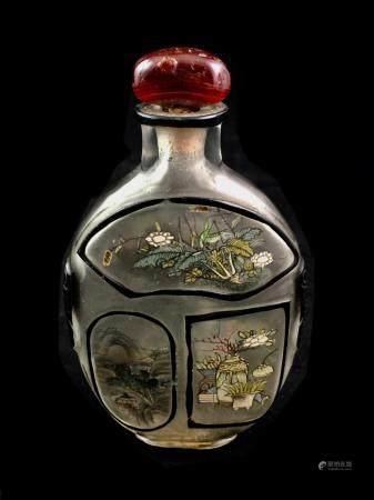 Flacons tabatière en verre overlay noir en verre translucide à décor de chevaux.   Haut. 10 cm.