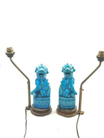 Chine - Une paire de chien de Fô, en céramique bleue turquoise, montée en lampe. Travail du déb