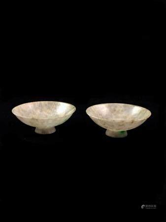 Paire de petites coupes à parois évasées sur petit talon, en jadéite blanche veinée de beige, a
