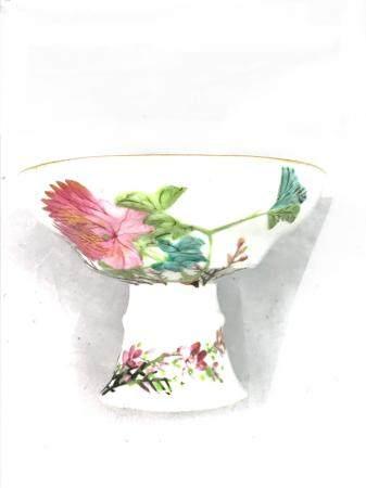 Une coupe sur pied, en porcelaine, à décors de branches et d'oiseaux. Diamètre: 13,5 cm, Hauteu