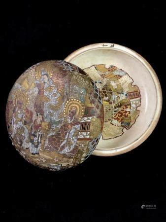 SATSUMA - une boite bivalve en porcelaine de satsuma, le couvercle décoré sur ses deux faces, d