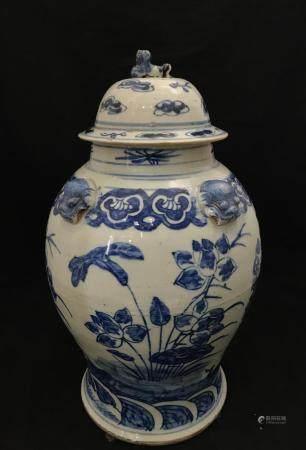 Cruche couverte en porcelaine chinoise à décor en bleu de cobalt sur fond blanc. L'épaule est o