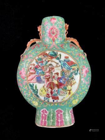 Gourde de forme lenticulaire en porcelaine à décor d'émaux de la famille rose figurant dans deu