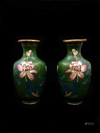 Lot de trois vases balustres en émaux cloisonnés sur cuivre à décor de fleurs, oiseaux, objets