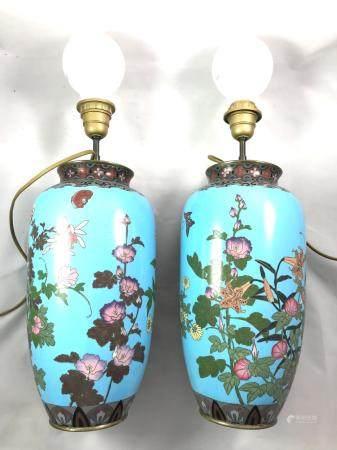 Japon paire de vases à décor d'émaux cloisonnés sur cuivre d'un décor polychrome sur fond bleu