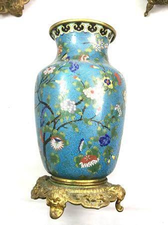 Paire de vases balustres à décor d'émaux cloisonnés sur bronze et polychromes figurant : papill