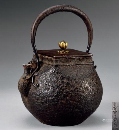 金寿堂造岩肌四方盖铁瓶