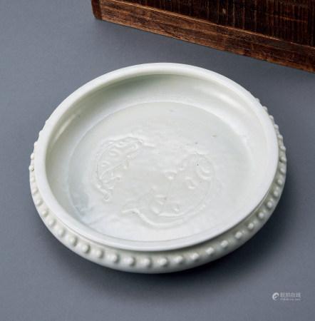 清乾隆白釉太鼓式圆形双鱼洗