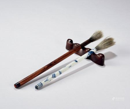 毛笔2支、红木笔架