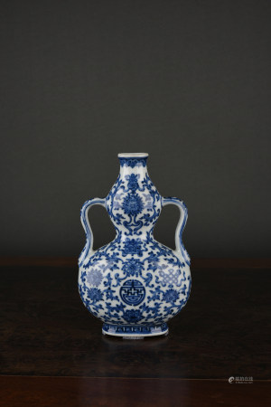 A BLUE & WHITE DOUBLE-GOURD TYPE VASE. QIANLONG PERIOD, QING DYNASTY.