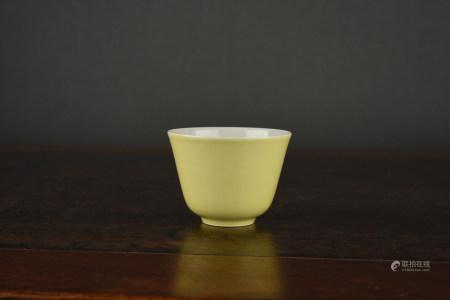 A LEMON-YELLOW-GLAZED CUP. KANGXIE PERIOD, QING DYNASTY.