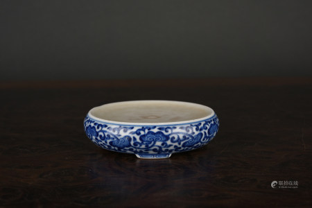 A BLUE & WHITE 'figural' ROUND SHAPE INK PAD. QIANLONG PERIOD, QING DYNASTY.