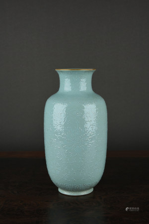 AN INCISED TURQUOISE-GLAZED 'TRELLIS' VASE. QIANLONG PERIOD, QING DYNASTY.