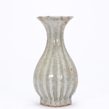 青釉花瓣壁瓶