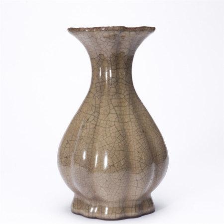 米黄釉花瓣形长颈扁瓶