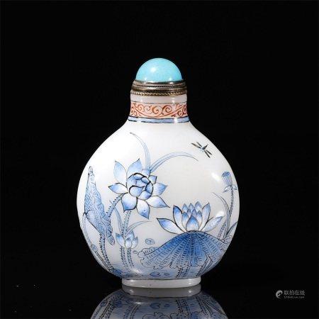 A snuff bottle of lotus flower