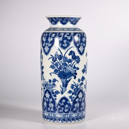 Blue and white flower vase in Qing Dynasty
