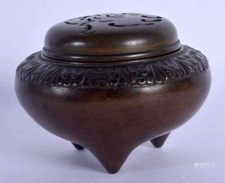 A RARE EARLY 19TH CENTURY CHINESE BRONZE CENSER AND COVER Qing, formed with bats in a cloud. 9.5 cm
