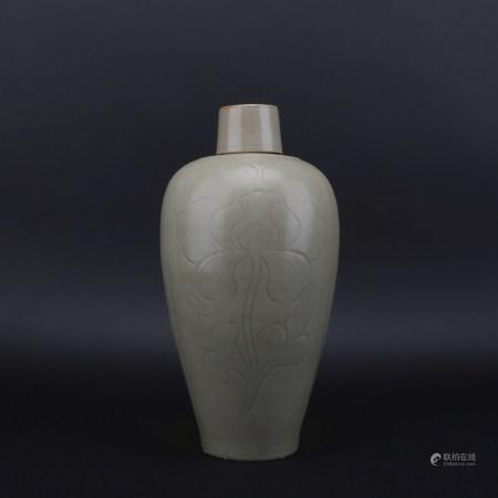 A Yue kiln vase