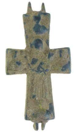 Une moitié d'encolpion byzantin, une croix reliquaire, vers le VIIIe siècle après J.-C., sur le