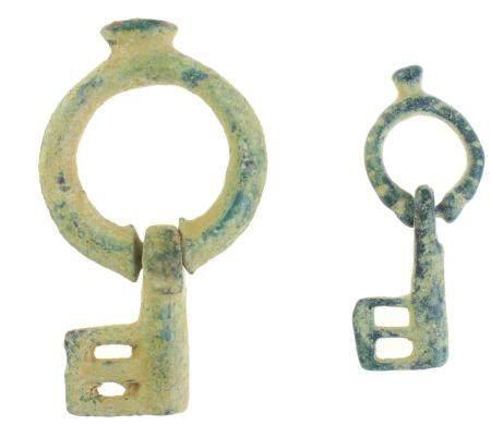 Un lot intéressant avec 2 clés pliantes byzantines, en bronze, de types plus rares, vers le 6-9