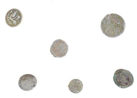 Un lot avec 6 petits artefacts dont 3 petites pièces d'argent (y compris ottomanes), 2 petits b