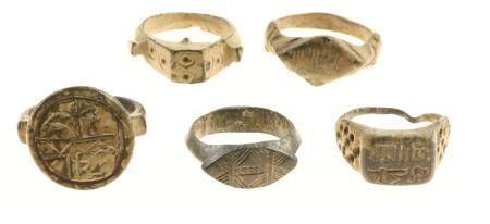 Un petit lot de 5 bagues en bronze anciennes, principalement anciennes, plusis styles et mod
