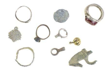 Beaucoup avec dix objets (anciens) dont une bague avec une intaille rouge (cheval au pâturage),