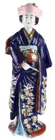 Statue japonaise en porcelaine polychrome d'une élégante femme en kimono avec éventail, période