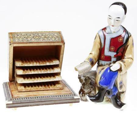 Statue chinoise en porcelaine polychrome : homme assis, avec : boîte à cigarettes incrustée de