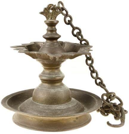 Vase japonais à poignée en bronze -H. 23,5 cm- et lampe à huile suspendue en bronze -H. ca. 26