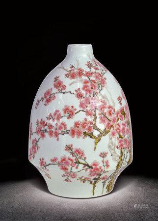 清  粉彩梅紋瓶