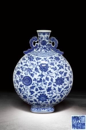 清  青花纏枝花卉紋雙耳扁瓶 (大清乾隆年製)