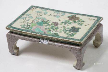 "Table rectangulaire miniature en porcelaine polychrome de Chine dite ""Famille verte"" à décor au"