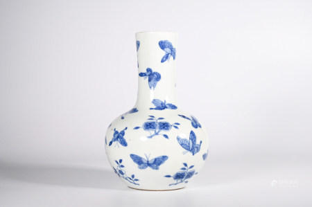 A BLUE AND WHITE BUTTERFLY PORCELAIN BOTTLE VASE