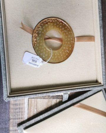 戰國 雞骨沁谷紋璧連錦盒