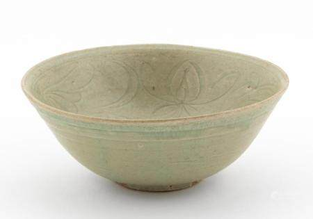 CHINESE ROUND CELADON BOWL, INCISED FLORAL MOTIF