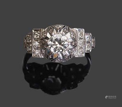 - Bague en or blanc sertie d'un diamant rond facetté dans un encadrement géométrique de brillan