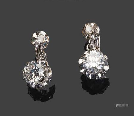 - Paire de pendants d'oreilles en or blanc, sertie de quatre diamants dont deux de taille brill