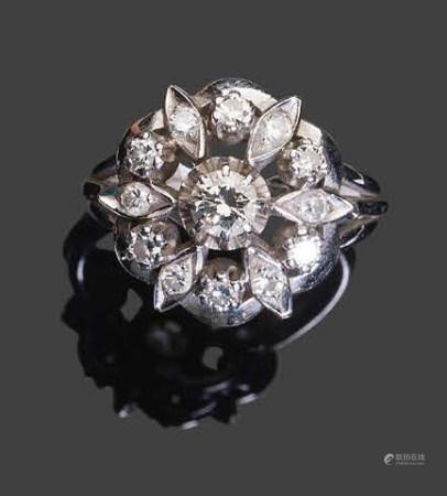 - Bague en or blanc sertie de diamants ronds facettés dont un central plus important.Pb: 7,56gr