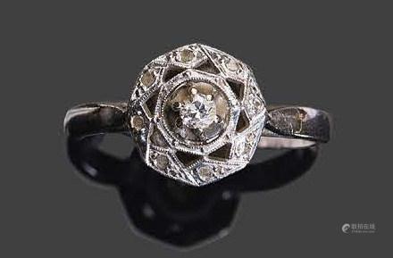 - Bague en or blanc sertie de petits diamants de taille rose dont un centralPb: 3,55gr