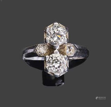 - Bague toi & moi en or blanc, sertie de deux diamants de taille brillant ancienne et de deux p