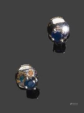 - Paire de boutons d'oreilles en or blanc, sertis de deux petits saphirs ronds facettésPb: 1.55