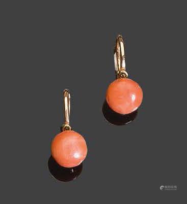 Deux boutons d'oreilles en or jaune, sertis de corauxPb: 1,62gr