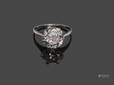 - Bague en or blanc sertie d'un diamant pesant 3,96 carats.Le diamant est accompagné de son rap