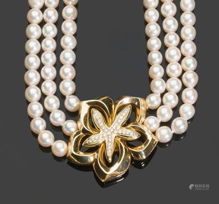 - Collier de trois rangs de perles de culture d'eau douce de 5 à 5,5 cm de diamètre environ, le