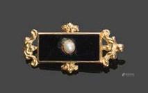 - Broche rectangulaire en or jaune 750°/°° à décors d'une plaque d'onyx serti d'une perle. (Acc