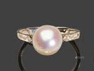 - Bague en or blanc, sertie d'une perle de culturePb: 2,52 gr