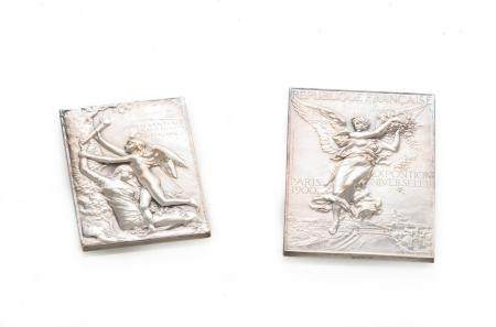 "Lot de deux plaquettes en bronze argenté ""Exposition Universelle Internationale de Paris 1900""."