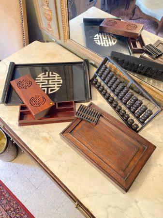 Chine, XXème siècle.  Lot comprenant un plateau en bois laqué noir et argenté orné du caractère